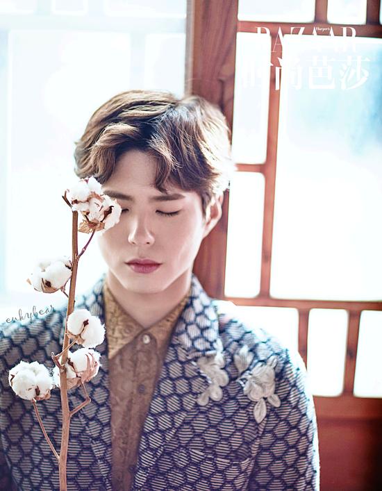 Park Bo Gum giữ vị trí thứ hai với 22,3% số phiếu bình chọn. Kể từ khi nổi tiếng với bộ phimReply 1988 và Mây họa ánh trăng, anh chàngđã được gọi là nam thần thế hệ mới của màn ảnh Hàn Quốc. Park Bo Gum chinh phục khán giả bởi tài năng và ngoại hình điển trai đậm chấtlãng tử. Chính vì vậy, nhiều fan cho rằng anh sẽ rất tỏa sáng với concept mùa thu thanh tao, lịch lãm.