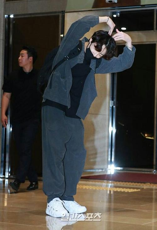 Những bộ hanbok cách tân được Jung Kook...