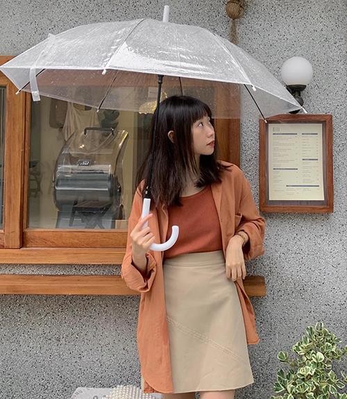 Sơ mi vốn bị mặc định là món đồ cứng nhắc, thường chỉ được diện theo cách kín cổng cao tường. Tuy nhiên mùa thu năm nay, các cô gái đua nhau lăng xê mốt biến sơ mi thành chiếc áo khoác hững hờ, tạo cảm giác thanh lịch, nhẹ nhàng như hot girl Hàn Quốc.