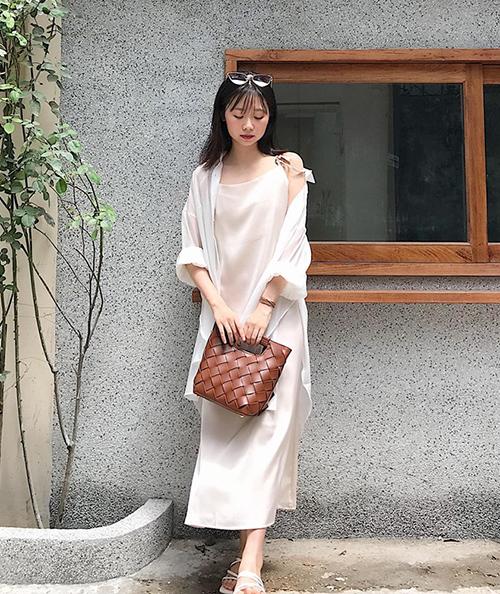 Ngoài cách mix với áo phông và quần jeans, quần vải ống suông, sơ mi cũng có thể dùng để khoác ngoài váy hai dây, mang đến vẻ đẹp dịu dàng, trang nhã.