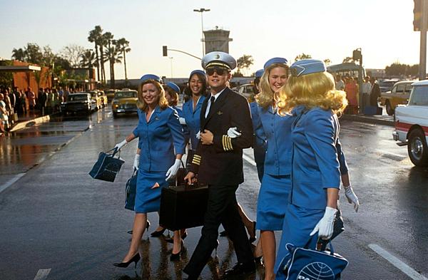 Leonardo DiCaprio bảnh bao trong vailừa đảo huyền thoại Frank Abagnale Jr.