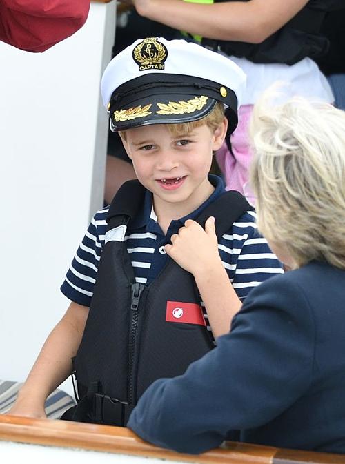 Công chúa Charlotte lè lưỡi khi xem giải đua thuyền - 1