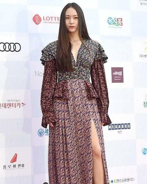 Xuất hiện tại Liên hoan phim âm nhạc quốc tế Jecheon tổ chức ngày 8/8, Krystal lập tức gây chú ý với netizen không phải vì vẻ ngoài lung linh mà chính là style ăn mặc đứng đắn, già dặn bất thường. Cô nàng chọn diện chiếc đầm dài như