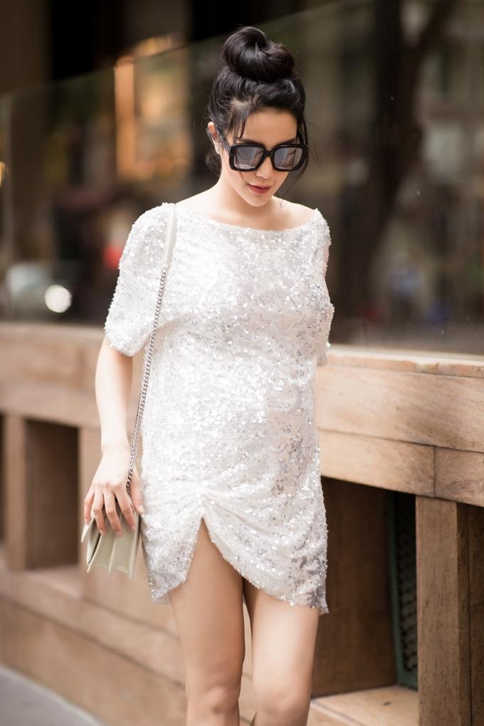 <p> Diệp Lâm Anh diện váy ánh kim rộng rãi khoe chân dài và vai trần gợi cảm. Nữ diễn viên được khen ngợi về sắc vóc ngày càng mặn mà trong lần mang bầu thứ hai.</p>