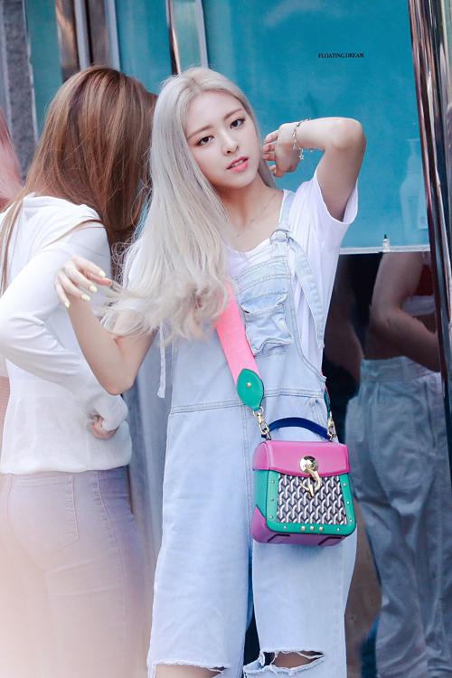 Phong cách thời trang đời thường của nữ idol cũng được nhiều khán giả trẻ yêu thích bởi sự trẻ trung, năng động.