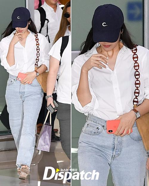 Thân hình tròn trịa còn khiến Krystal gặp khó khăn khi chọn đồ ra sân bay. Cách mix sơ mi trắng cùng quần jeans trước đây từng giúp cô nàng trông rất cá tính, giờ lại bị chê nhàm chán.