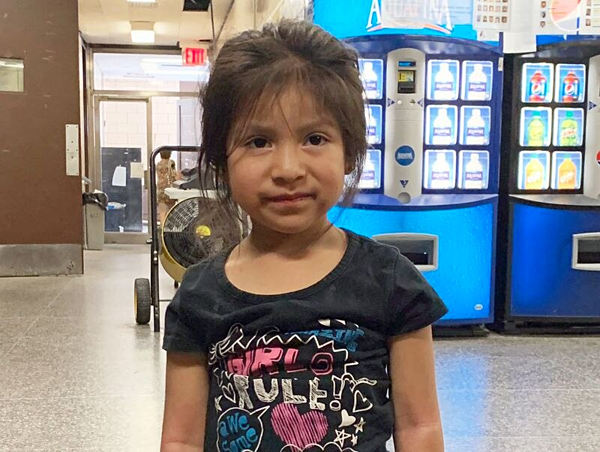 Bé gái 4 tuổi được tìm thấy lang thang một mình tại 27th Ave and Shore Parkway ở Brooklyn.