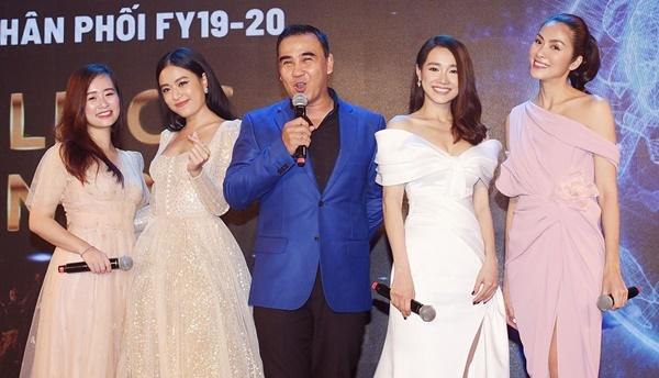 Hoàng Thùy Linh (thứ hai từ trái qua) cùng MC Quyền Linh hội ngộ Nhã Phương và Hà Tăng tại sự kiện.