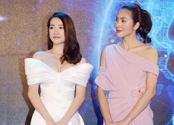 Nhã Phương và Tăng Thanh Hà cùng lên sân khấu giao lưu. Nữ chính Vừa đi vừa khóc cho biết cô ngưỡng mộ tài sắc của đàn chị.