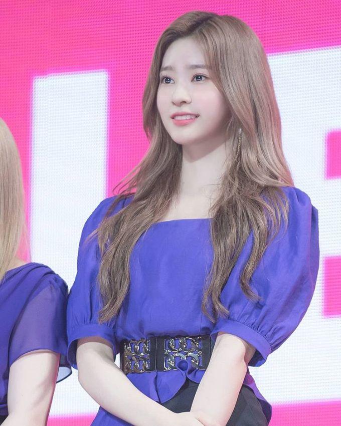 <p> Kim Min Ju sinh ngày 5/2/2001, là thành viên của nhóm IZONE. Cô nàng nổi bật với khí chất vừa quyến rũ vừa dễ thương.</p>