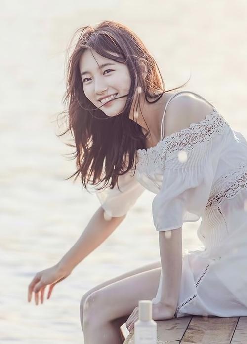 Tình đầu quốc dân Suzy xếp vị trí thứ nhất với 35,2% số phiếu bình chọn. Nữ diễn viên sinh năm 1994 được đông đảo khán giả Hàn yêu mến nhờ vẻ đẹp trong sáng, ngọt ngào. Cô cũng luôn xuất hiện với nụ cười rạng rỡ, toát lên bầu không khí tích cực cho mọi người xung quanh.