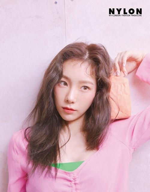 Tae Yeon nhận được 4,4% bình chọn, đứng vị trí thứ 6 trong BXH. Đã tròn 30 tuổi nhưng Tae trưởng nhóm SNSD vẫncó khuôn mặt đáng yêu, nụ cười tươi tắn như trẻ thơ.