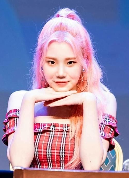 JooE xếp vị trí thứ 7 với 3,7% bình chọn. Cô nàng từng bị chê là nữ idol xấu nhất Kpop nhưng đã biết cách chăm chút ngoại hình, trở thành thành viên nổi tiếng nhất Momoland.