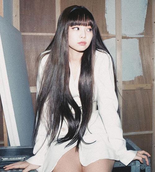 Trong loạt ảnh mới đây được Jennie đăng tải lên Instagram ăn mừng 20 triệu người theo dõi, cô nàng khoe kiểu tóc suôn dài mới mẻ.