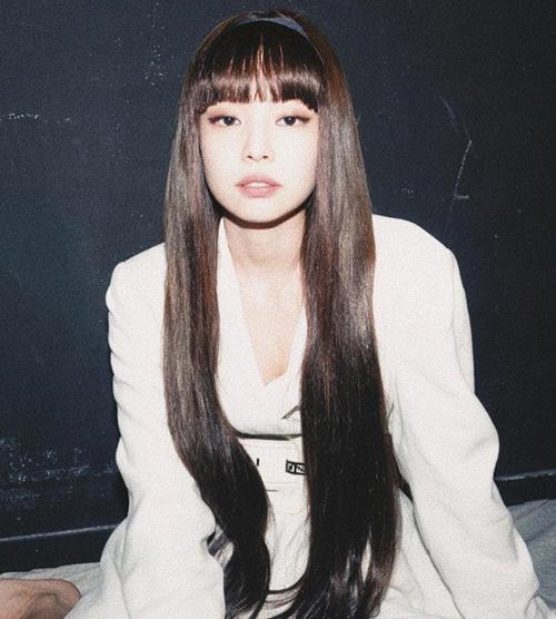 Điểm nhấn đặc biệt của mái tóc này là phần tóc mái bằng dài quá lông mày, giúp Jennie trông đáng yêu như búp bê.