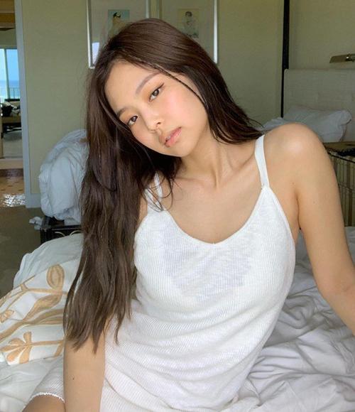 Gương mặt bầu bĩnh, vẻ đẹp sang chảnh của cô nàng hợp hơn với tóc dài rẽ mái giữa, không mái.