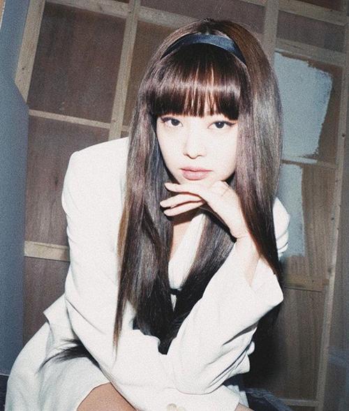 Cách kết hợp cùng băng đô vintage giúp mái tóc giả của Jennie thêm tự nhiên, đồng thời tôn lên nét đẹp kiểu ngây thơ, cổ điển của nữ idol nhóm Black Pink.