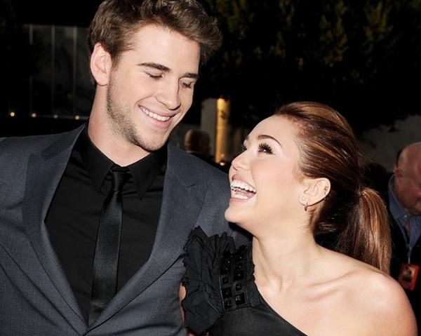 25/3/2010: Nụ cười hạnh phúc của cặp đôi tại buổi công chiếu The Last Song khiến người hâm mộ quắn quéo. Hai ngôi sao trở thành một trong những cặp đôi Hollywood được giới trẻ yêu thích nhất.