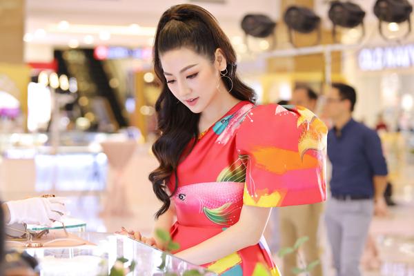 Giữa lúc chạy show sự kiện, Tú Anh tranh thủ chọn mua một món trang sức tặng mẹ nhân mùa Vu lan báo hiếu.