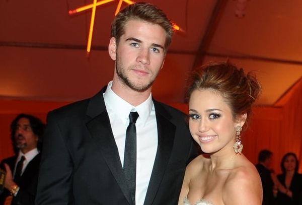 Tháng 3/2010: Miley Cyrus và Liam Hemsworth lần đầu xác nhận mối quan hệ khi công khai hẹn hò tại một sự kiện hậu lễ trao giải Oscar. Hai ngôi sao trở thành một trong những cặp đôi Hollywoodđược giới trẻ yêu thích nhất.