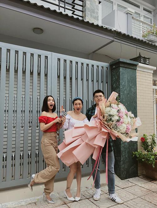 Yến Nhi hạnh phúc khi được chị gái Yến Trang và em trai chúc mừng sinh nhật.