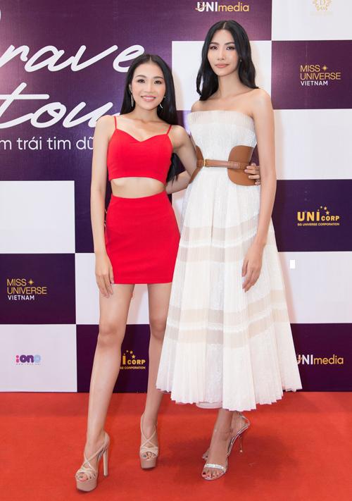 Rất đông các bạn trẻ đã có mặt tại Trung tâm sự kiện và triển lãm White Palace Phạm Văn Đồng, TP.Hồ Chí Minh để đón chào sự xuất hiện của các người đẹp Hoa hậu Hoàn vũ Việt Nam.