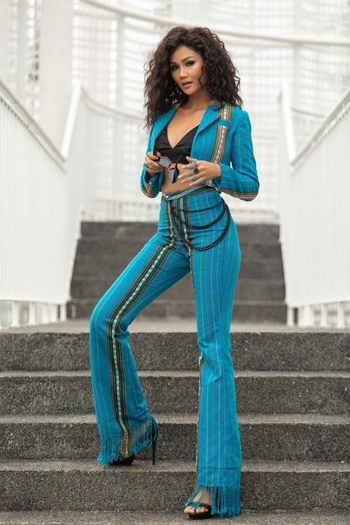 HHen Niê xuất hiện trong sự kiện khởi động cuộc thi Hoa hậu Hoàn vũ Việt Nam 2019 diễn ra chiều 10/8 tại TP HCM. Cô luôn làm mới bản thân với nhiều phong cách. Người đẹp sinh năm 1992 diệnbộvest kiểu dáng cách điệu từ chất liệu thổ cẩm của NTK Lê Ngọc Lâm.
