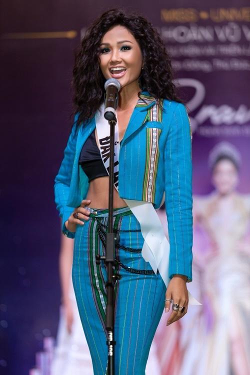 HHen Niê thị phạm cách giới thiệu bản thân cho nhiều thí sinh đến tham dự sự kiện.Cuộc thi Hoa hậu Hoàn vũ Việt Nam 2019 có chủ đề Trái tim dũng cảm, đêm chung kết dự kiến diễn ra ngày 7/12 tại Nha Trang, trực tiếp trên kênh VTV1. Thí sinh chiến thắng sẽ đại diện Việt Nam tham dự Miss Universe 2020. Hiện ban tổ chức thực hiện chuỗi chương trình khởi động trước khi tuyển sinh vào đầu tháng 9.