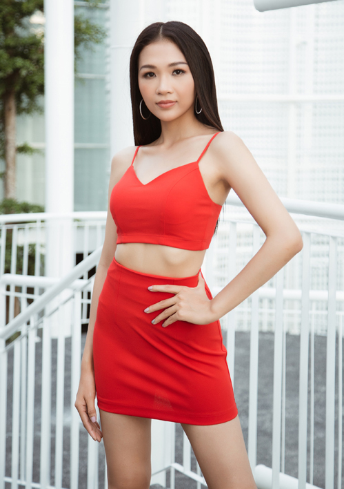 Trước đây, Hoàng Linh tập trung việc học, ít khi xuất hiện cùng chị gái ở các hoạt động giải trí. Thời gian gần đây, em gái Hoàng Thùy trở lại mạng xã hội với sự thay đổi về ngoại hình, theo đuổi cách trang điểm, ăn mặc sexy hơn trước.