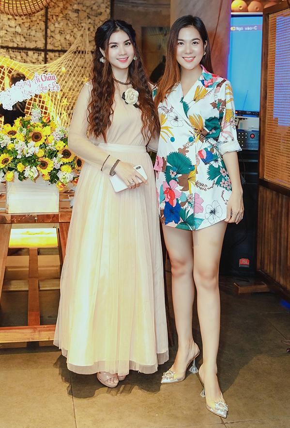 <p> Đến chúc mừng cô có em gái Kha My, sinh năm 1988. Hiếm khi thấy Kha Ly dẫn em gái đi sự kiện chung nên sự xuất hiện này khiến nhiều người bất ngờ.</p>