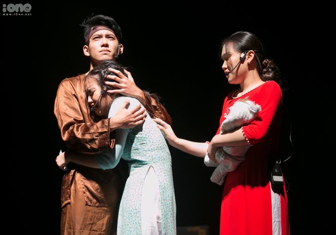 """<p> Cuộc ân oán kết thúc trong cảnh Họa quỳ khóc dưới mộ Quân và được bố khuyên nhủ """"Về nhà đi con"""". Vở kịch với diễn xuất của các diễn viên không chuyên, nhưng đã đưa khán giả trải qua các cung bậc cảm xúc khác nhau.</p>"""