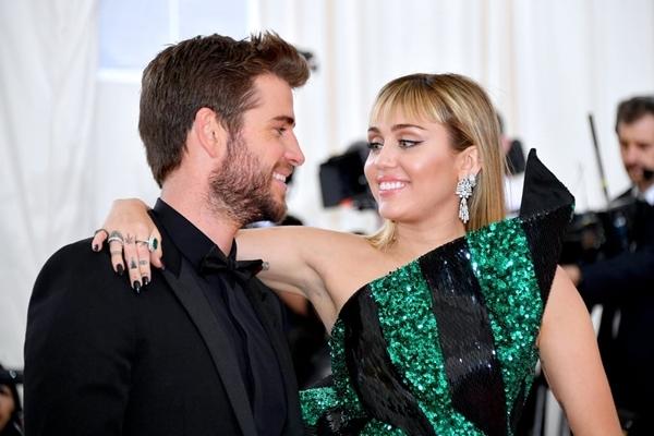 Ngày 7/5/2019: Miley Cyrus và Liam Hemsworth tình tứ xuất hiện bên nhau tại thảm đỏ MET Gala.