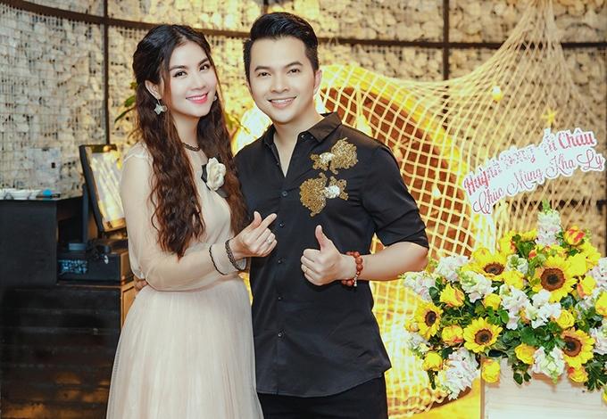 <p> Ca sĩ Nam Cường chúc mừng Kha Ly.</p>
