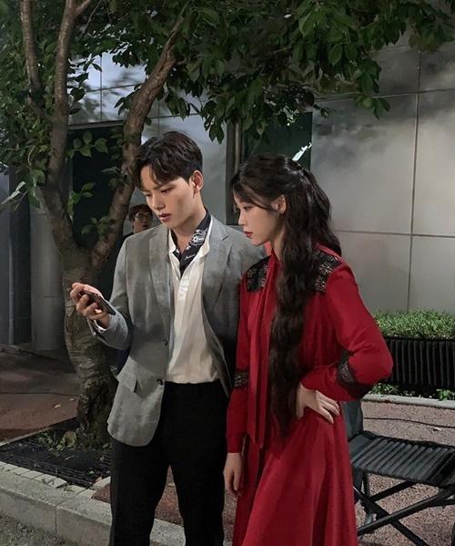 IU và Yeo Jin Goo trên trường quay Hotel Del Luna.