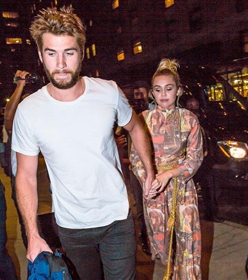 Tháng 5/2017: Liam nắm tay Miley tại hậu trường lễ trao giải Billboard Music Awards. Kể từ khi tái hợp, tình yêu của cặp đôi lặng lẽ, bình yên hơn. Ca khúc Malibu phát hành năm đó của Miley như một lời khẳng định chúng ta đã phải lòng nhau thêm một lần nữa.