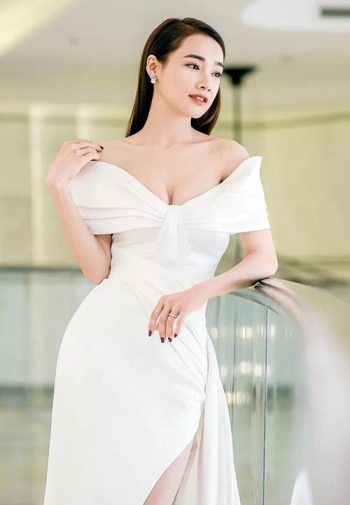 Ngày 10/8, Nhã Phương thu hút sự chú ý khi tham dự một sự kiện với bộ đầm trắng quyến rũ. Thiết kế có kiểu dáng trễ nải, tôn lên vòng một đầy đặn sau sinh con của bà xã Trường Giang.