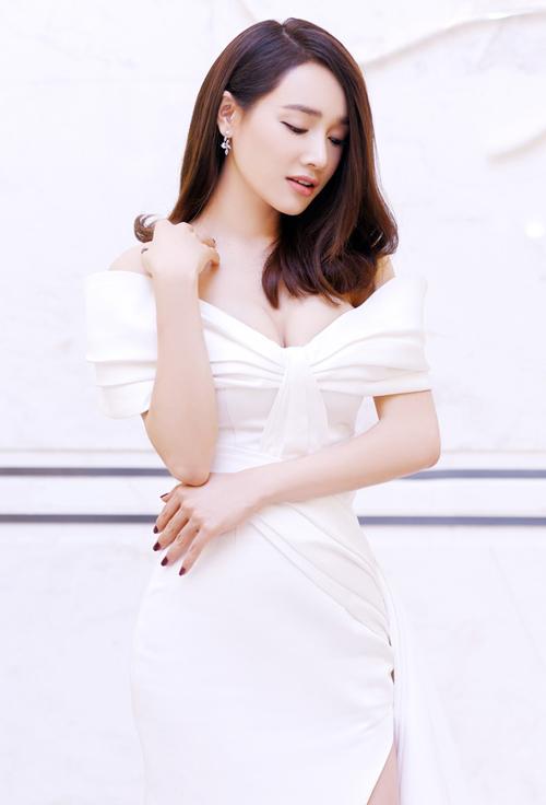 Kiểu đầm lả lơi khoe vòng một cũng là trang phục được Nhã Phương ưa chuộng nhất khi đi event gần đây. Sau khi lập gia đình, nữ diễn viên ngày càng bạo dạn trong việc chọn đồ sexy.