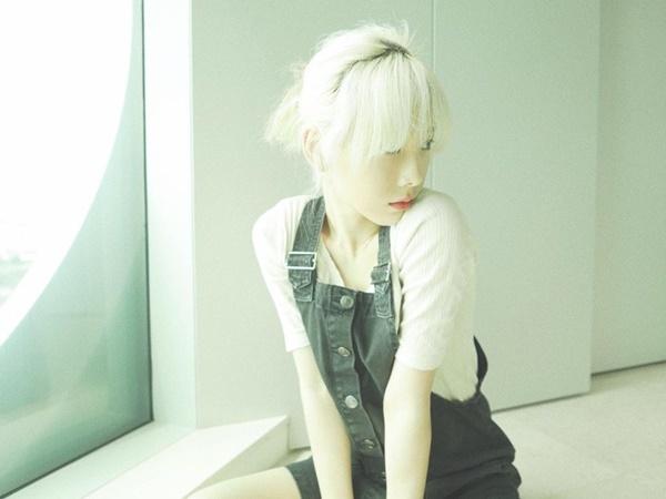 Tae Yeon chất lừ với màu tóc bạch kim.