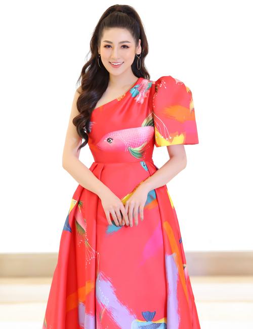 Buổi sáng, Tú Anh đến một trung tâm thương mại với bộ váy lệch vai, kiểu dáng bồng bềnh thanh lịch.