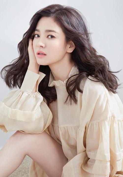 Song Hye Kyo sinh năm 1981, là sao nữ đình đám của màn ảnh nhỏ Hàn Quốc. Cô gây thương nhớ bởi vẻ đẹp dịu dàng trầm buồn xen chút bí ẩn, lạnh lùng. Cùng với Kim Tae Hee, Son Ye Jin, Jun Ji Hyun, Song Hye Kyo chính là một mảnh ghép của Tứ đại mỹ nhân lừng danh Kbiz.