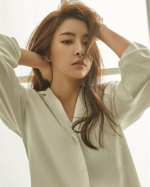Jung Yoo Mi là nữ diễn viên sinh năm 1984, từng tham gia những bộ phim như  Six Flying Dragons và Partners for Justice...