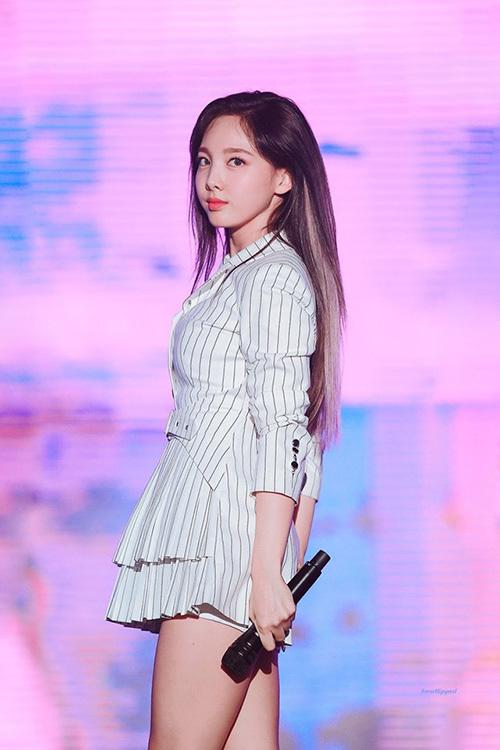 Na Yeon đã nhuộm highlight vàng và có cách trang điểm sắc sảo hơn. Người hâm mộ đang mong đợi hình tượng mới của Twice trong kỳ comeback mới.