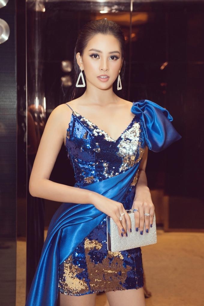 """<p> 10x gốc Quảng Nam được nhận xét ngày càng """"thăng hạng"""" sau gần một năm đăng quang Hoa hậu Việt Nam 2018. Biểu cảm trước ống kính của Tiểu Vy cũng được khen ngày càng chuyên nghiệp.</p>"""