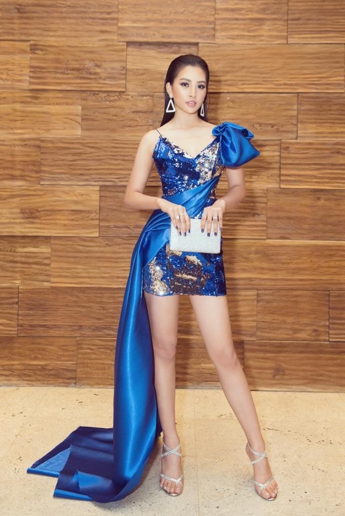 <p> Ngày 11/8, Tiểu Vy tham dự buổi giới thiệu cuộc thi Miss Business Beauty World 2019. Cô chọn diện bộ cánh khoe ưu diểm chân dài, eo thon và cách makeup trầm tôn lên vẻ quyến rũ.</p>