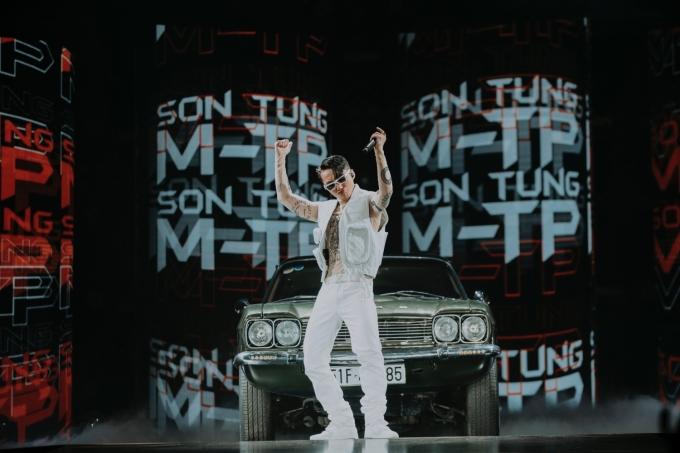 """<p> Tiếp đó, Sơn Tùng M-TP hát """"Em của ngày hôm qua"""", """"Hãy trao cho anh""""... khoe vũ đạo cuốn hút.</p>"""