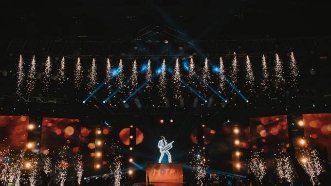 """<p> Nam ca sĩ dành tặng khán giả ca khúc """"Mãi như ngày hôm qua"""" để khép lại đêm nhạc.</p>"""