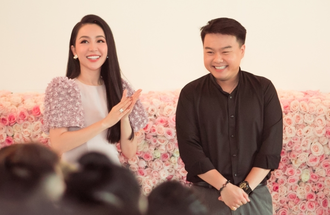 <p> Linh Nga và NTK Lê Trung Hậu - người đảm nhận các thiết kế của show diễn lần này.</p>