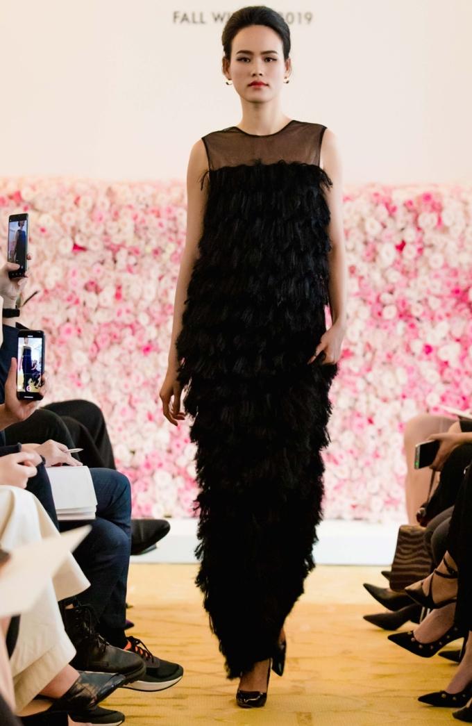 """<p> Mẫu váy lệch vai thích hợp với những quý cô thành thị yêu thích sự đột phá hay những chiếc """"black dress"""" tua rua, bí ẩn hợp trong không gian tiệc tùng của giới thượng lưu.</p>"""