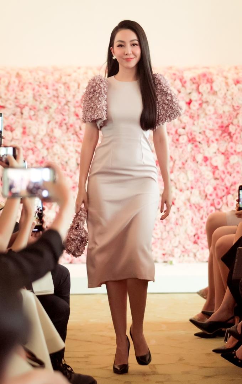 """<p> Linh Nga tham gia trình diễn BST """"The First Dress"""" của thương hiệu thời trang Rập với nhiều chân dài trong làng mẫu. Vốn là nghệ sĩ múa, đã khá lâu Linh Nga không xuất hiện trên sàn catwalk.</p>"""