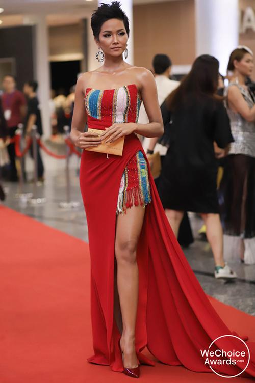 Người đẹp được khen giúp vải dệt truyền thống của người Tây Nguyên được nâng tầm bằng cách ứng dụng vào những bộ trang phục đi sự kiện hay thậm chí lên thảm đỏ.